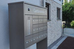 M. BAYER Baukoordination: Neubau Deizisau - Hauswand und Briefkasten